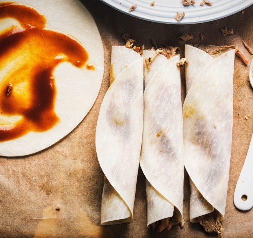 Kaczka w naleśnikach z sosem śliwkowym